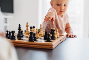kleines Mädchen spielt Schach foto