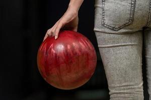 Nahaufnahme eines Hinterns neben Bowlingkugel foto