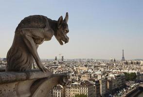 gehörnter Wasserspeier mit Eiffelturm foto