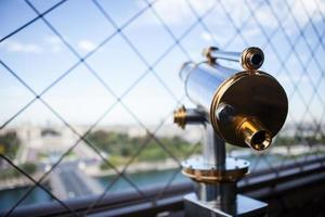 Touristenteleskop auf dem Eiffelturm foto
