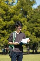 asiatischer Student im Park foto