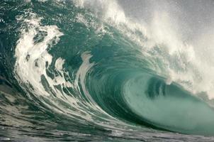 Nahaufnahme der brechenden Welle, während sie auf sich selbst rollt