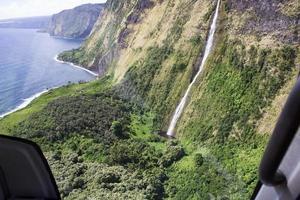 Küstenklippen und Wasserfälle in Hawaii