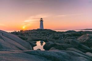 Leuchtturm Spiegelung in einer Wasserpfütze foto