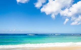Ozean und tropischer Sandstrandhintergrund foto