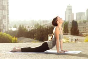 Konzept für Yoga auf dem Dach foto