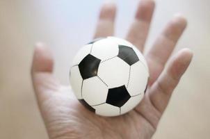 Fußballspiel in der Hand foto