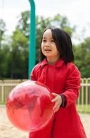 kleines Mädchen spielt mit einem Ball foto