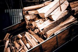 Holztraktor mit Holz für Feuer foto