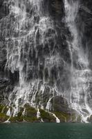 Wasserfälle in einem norwegischen Fjord foto