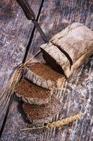 schwarz gebackenes Brot auf einem hölzernen Hintergrund foto