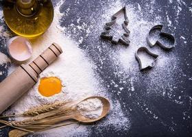 Backzutaten für die Teigherstellung auf Tafel. Weihnachtsplätzchen