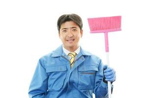 lächelnder asiatischer Hausmeister foto