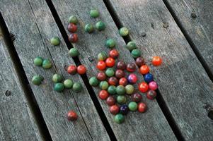 Paintballs auf einem abgenutzten Deck foto