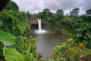 Regenbogen fällt in große Insel foto