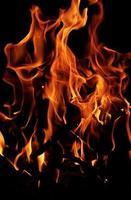 rote Flamme auf einem schwarzen Hintergrund