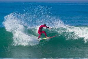 Surfer auf einer großen Welle foto