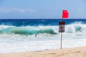Warnung kein Schwimmschild mit starker Meereswelle foto
