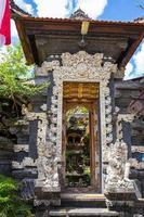 Tür am Eingang eines hinduistischen Tempels foto