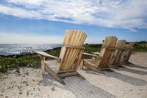 Adirondack Stühle am Strand foto
