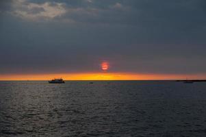 goldener hawaiianischer Sonnenuntergang und Segelboote und Schiffe foto