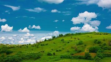 grünes Grasland und Wolken foto