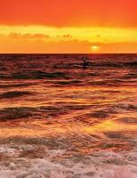schöner Sonnenuntergang über dem Meer foto