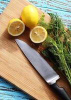 Zubereitung von Speisen für Saucen-Salat durch Zutat Zitrone und Koriander