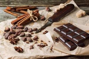 dunkle Schokolade mit Kakaobohnen foto