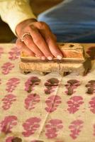 traditioneller Holzblockdruck der Hand des Mannes, Indien