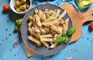 Nudeln mit Thunfisch und grünen Oliven foto
