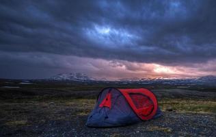 Zelt am nackten Berg im Sommer Mitternacht foto