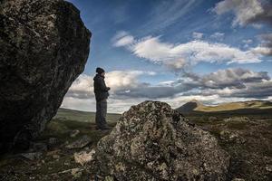 Wanderer und Felsbrocken mit Blick auf die Wildnis foto
