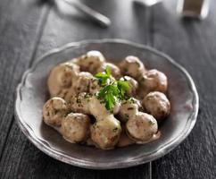 ein Teller mit traditionellen schwedischen Fleischbällchen foto