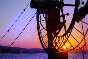 Angeln auf dem Boot im Meer foto
