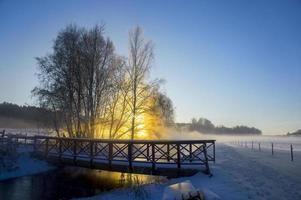 Fluss und Brücke am sonnigen Wintertag foto