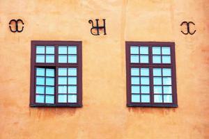 Fenster von gelben ikonischen Gebäuden auf Stortorget in Stockholm, Schweden foto