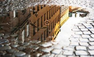 das Spiegelbild von Stockholm in der Pfütze.