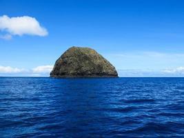 isolierte winzige Ozeaninsel foto