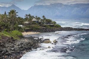Wellen brechen an einem sonnigen Tag auf den Felsen foto