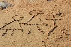 Familie schreibt in den Sand foto