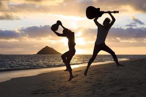 Silhouette der Zwillingsbrüder mit Trommel und Gitarre