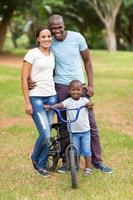 junge afroamerikanische Familie im Freien