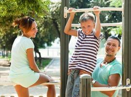 Familie auf Klimmzugstange foto