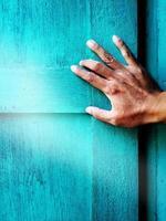 Hand öffnet ein blaues Fenster foto
