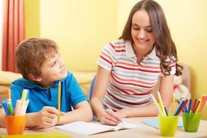 Schularbeiten mit der Mutter foto