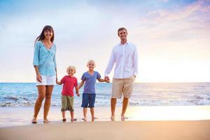 glückliche Familie mit zwei kleinen Kindern
