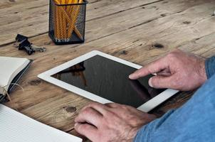 Mann klickt auf den leeren Bildschirm Tablet-Computer foto