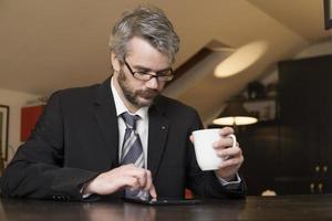 Geschäftsmann zu Hause mit einem Laptop foto