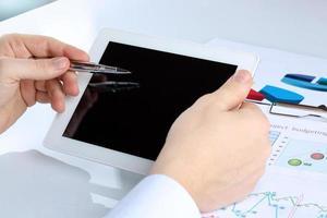 digitaler Tablet-Computer in männlichen Händen mit Diagramm foto